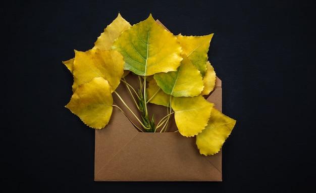 Folhas de outono em envelope vermelho Foto Premium