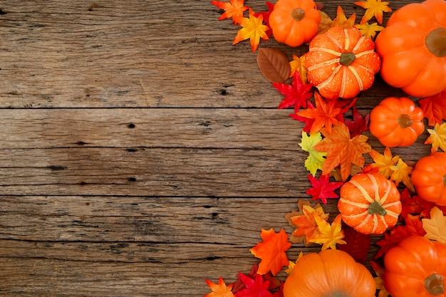 Folhas de outono em fundo de madeira Foto Premium