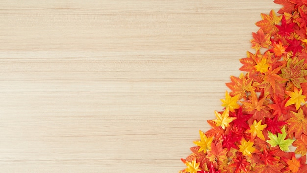 Folhas de outono em um fundo de mesa de madeira Foto Premium