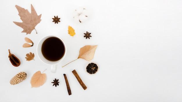 Folhas de outono plano leigos com café Foto gratuita