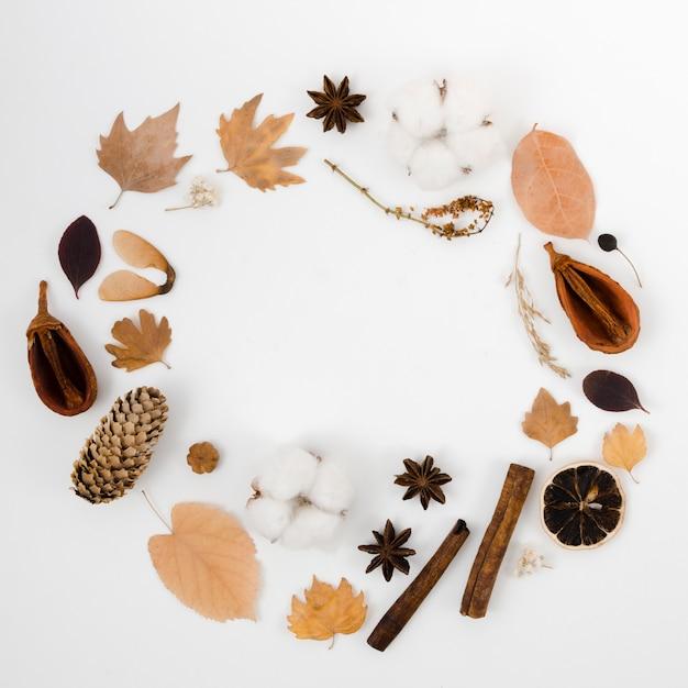 Folhas de outono plano leigos com espaço de cópia Foto gratuita