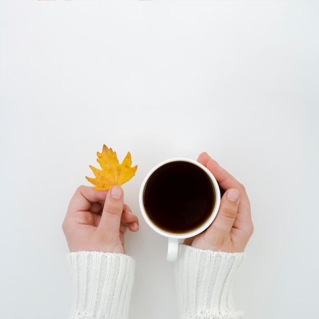 Folhas de outono vista superior com café Foto gratuita
