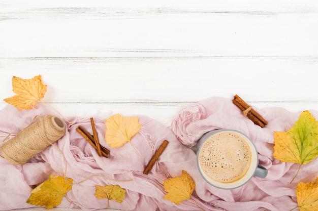 Folhas de outono vista superior rodeadas de café Foto gratuita