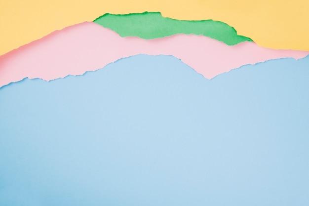 Folhas de papel esfarrapadas e coloridas Foto gratuita
