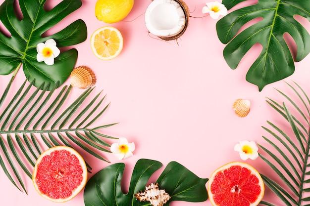 Folhas de plantas tropicais e frutas Foto gratuita