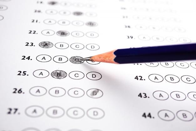 Folhas de respostas com pencil drawing fill para selecionar a escolha: conceito de educação Foto Premium