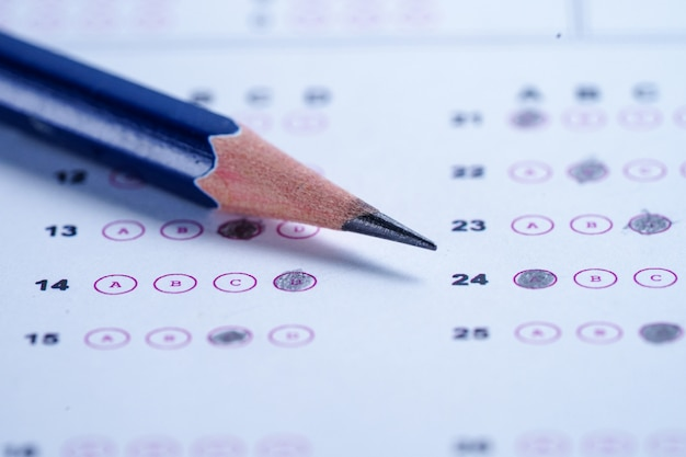 Folhas de respostas com preenchimento de desenho a lápis para selecionar a escolha Foto Premium