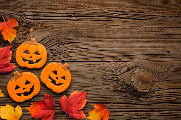 Folhas e adesivos de abóbora de halloween de vista superior Foto gratuita