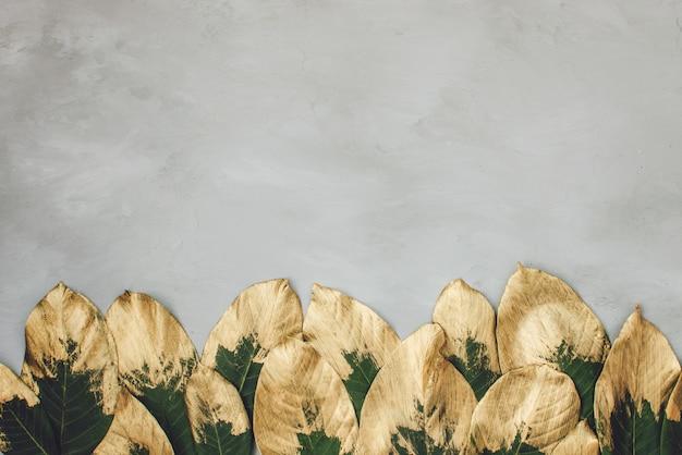 Folhas pintadas de ouro e verdes no quadro Foto Premium