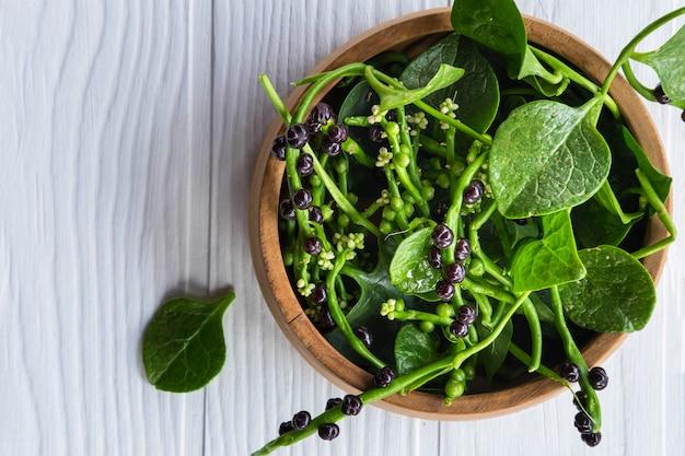 Folhas vegetais de basella alba para a saúde. Foto Premium