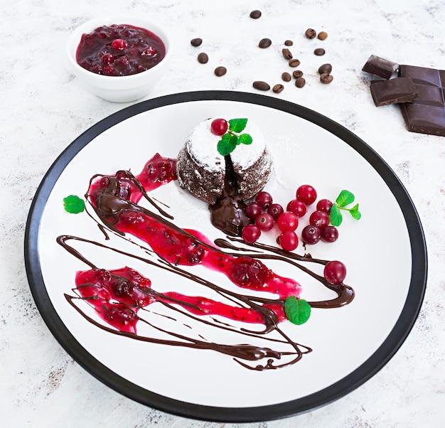 Fondant de chocolate com molho de cranberry. Foto Premium