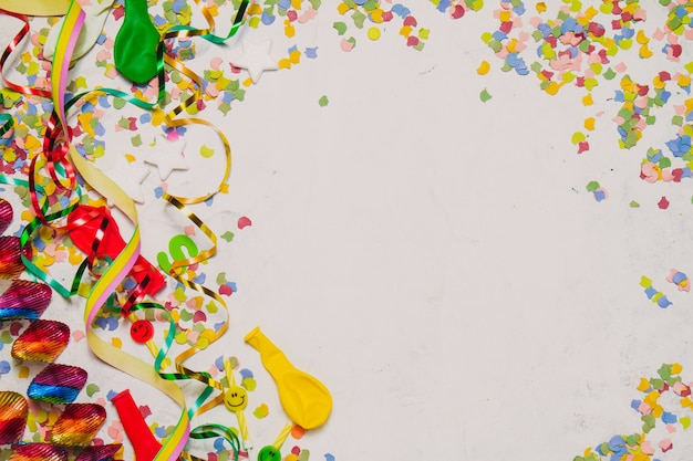 Fondo blanco con decoración de fiesta y una estrella roja Foto gratuita