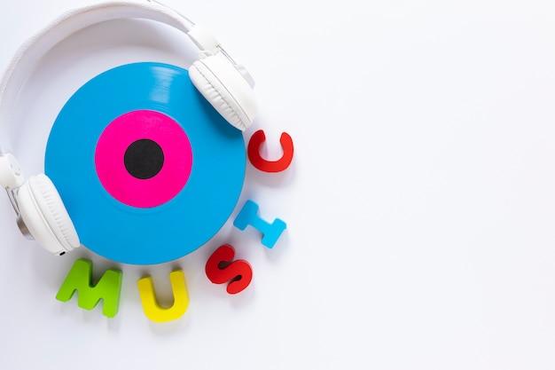 Fone de ouvido com vista superior com um disco de vinil Foto gratuita