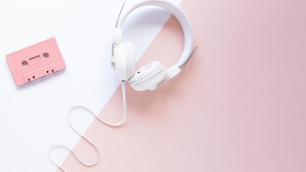 Fone de ouvido com vista superior e espaço para cópia Foto gratuita