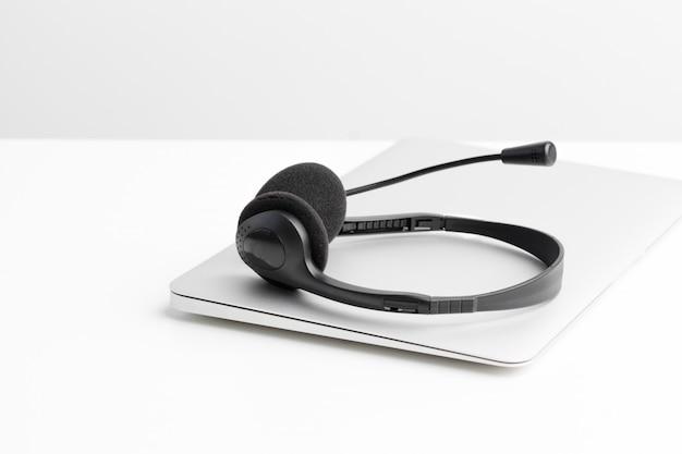 Fone de ouvido e computador portátil, suporte de call center Foto Premium