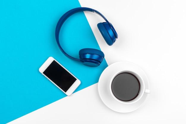 Fones de ouvido azuis em azul e branco Foto Premium