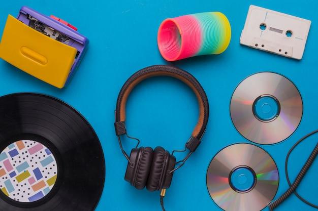 Fones de ouvido com cd e fita de música Foto gratuita