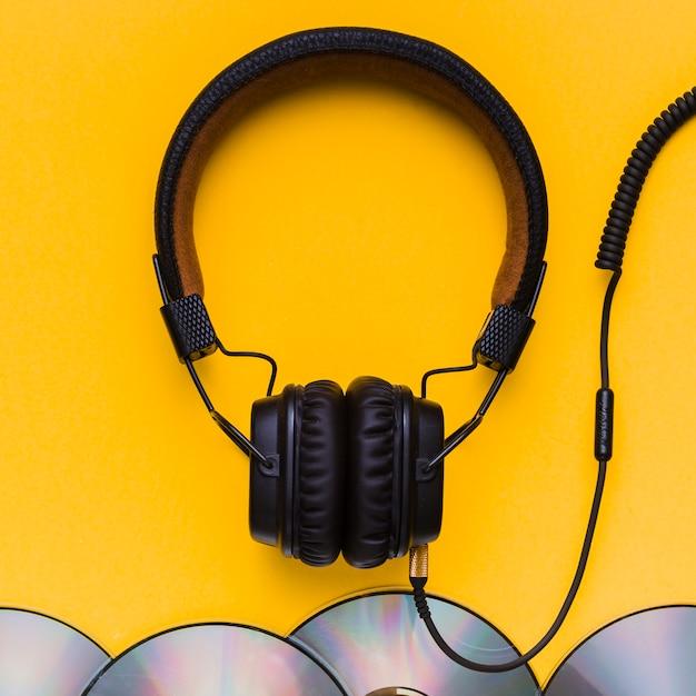Fones de ouvido com cds de música Foto gratuita