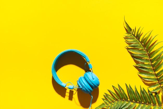 Fones de ouvido e folha de árvore Foto gratuita
