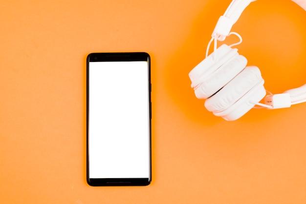Fones de ouvido e smartphone Foto gratuita