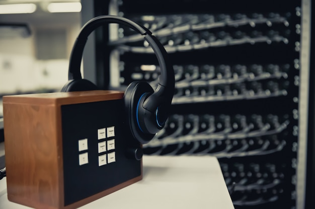 Fones de ouvido para o call center room. Foto Premium