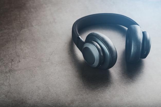 Fones de ouvido pretos em cinza Foto Premium
