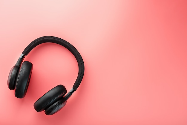 Fones de ouvido pretos em rosa Foto Premium