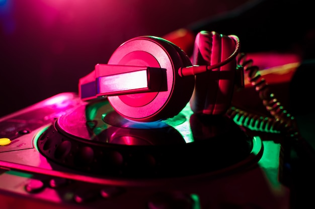 Fones de ouvido profissionais e mixer dj para música na boate Foto Premium