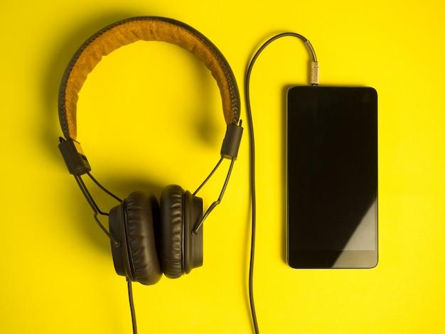 Fones de ouvido retrô com um smartphone Foto Premium