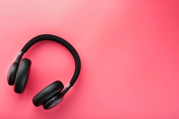 Fones de ouvido sem fio pretos em rosa Foto Premium
