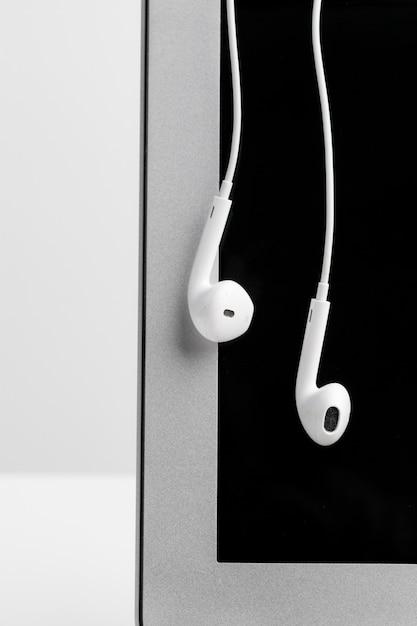 Fones de ouvido sobre laptop Foto Premium