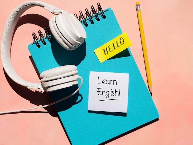 Fones de ouvido usados para aprender um novo idioma Foto gratuita