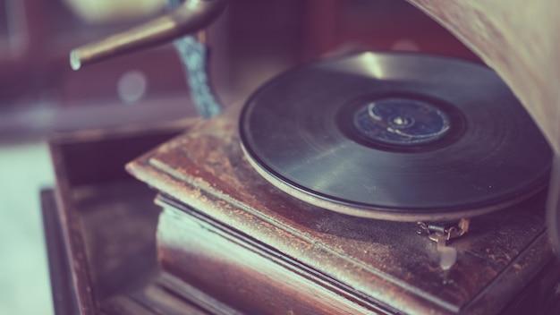 Fonógrafo preto do registro da música do vinil Foto Premium