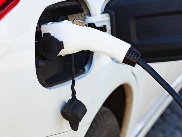 Fonte de alimentação para carregamento de carros elétricos. Foto Premium