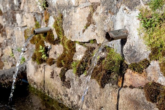Fonte de dois canos com água limpa Foto Premium
