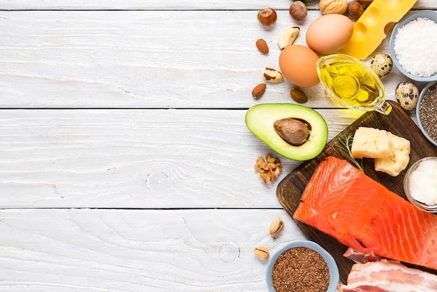 Fontes alimentares de ômega 3 e gorduras insaturadas. conceito de comida saudável. dieta cetogênica ou cetogênica. vista do topo Foto Premium