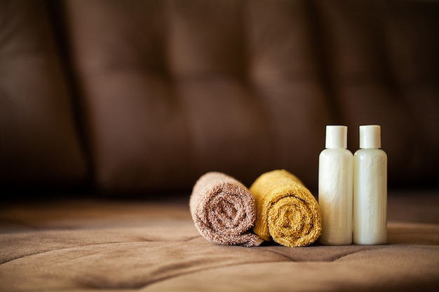 Fontes de chuveiro. composição de produtos cosméticos de tratamento de spa. Foto Premium