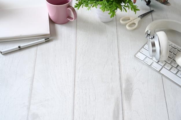 Fontes de escritório do espaço de trabalho da mesa e espaço de madeira brancos da cópia. Foto Premium