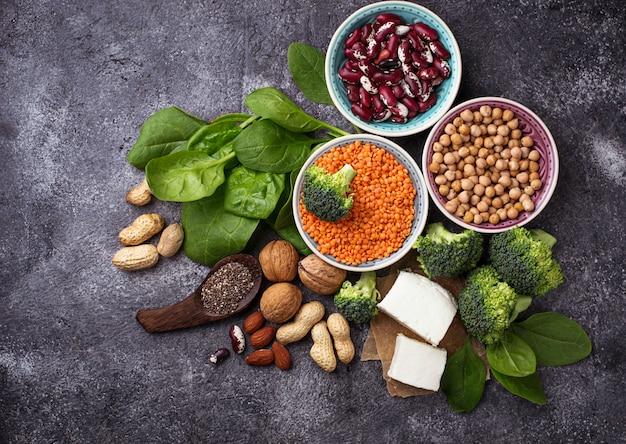 Fontes veganas de proteína. conceito de comida saudvel. foco seletivo Foto Premium