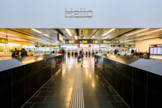 Fora de foco as pessoas estão fazendo o check-in no terminal do aeroporto. Foto Premium