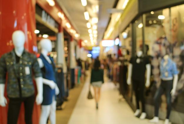 Fora de foco tiro de uma mulher andando no shopping de moda Foto Premium