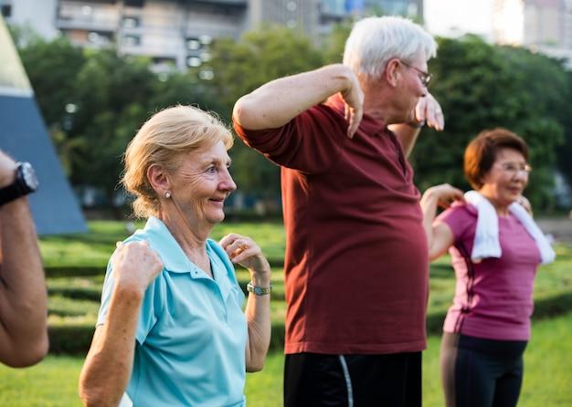 Força de fitness exercício adulto sênior Foto gratuita