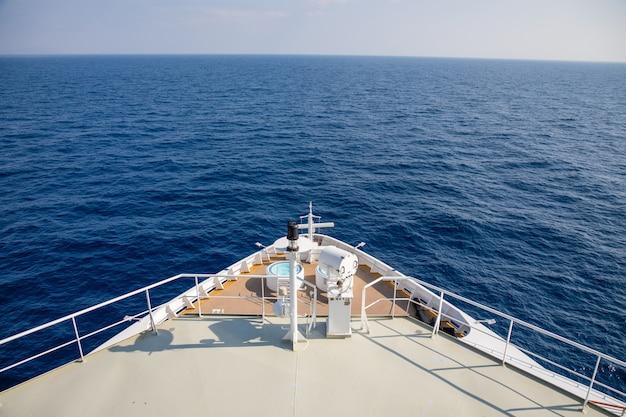 Forecastle do grande cruzeiro durante um cruzeiro para montenegro Foto Premium