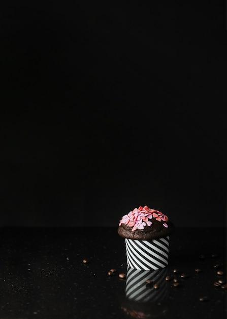 Forma coração, polvilha, ligado, cupcake, contra, experiência preta Foto gratuita