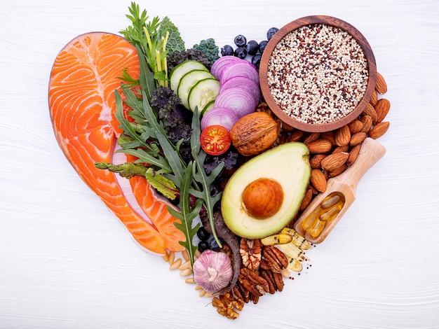 Forma de coração de carboidratos cetogênicos dieta conceito. Foto Premium