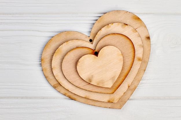 Forma de coração de madeira decorativa. placas de etiquetas de artesanato. enfeites de madeira para o feriado de natal. Foto Premium
