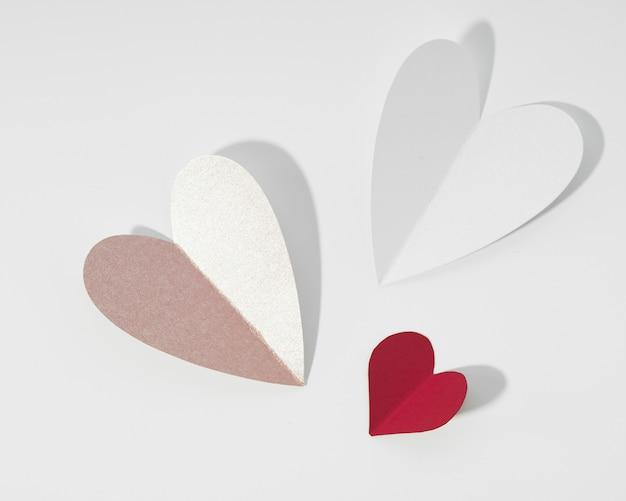 Forma de coração de papel branco e vermelho Foto gratuita