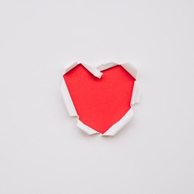 Forma de coração em papel rasgado Foto gratuita