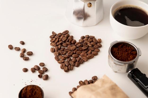 Forma de coração feita de grãos de café Foto gratuita