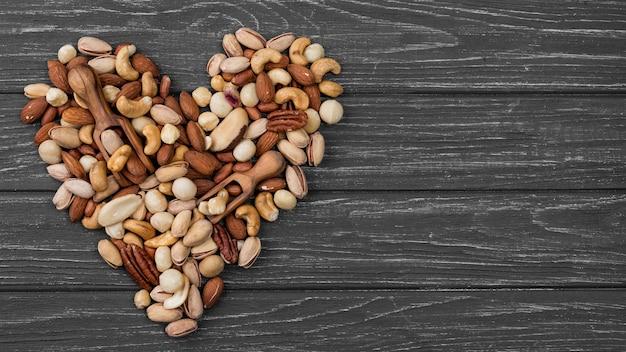 Forma de coração feita de nozes copie o espaço Foto gratuita